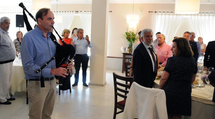 El dr. Gegúndez ya deleitó con la gaita a los asistentes a la Comida de Verano de 2016 en A Proba de Trives.