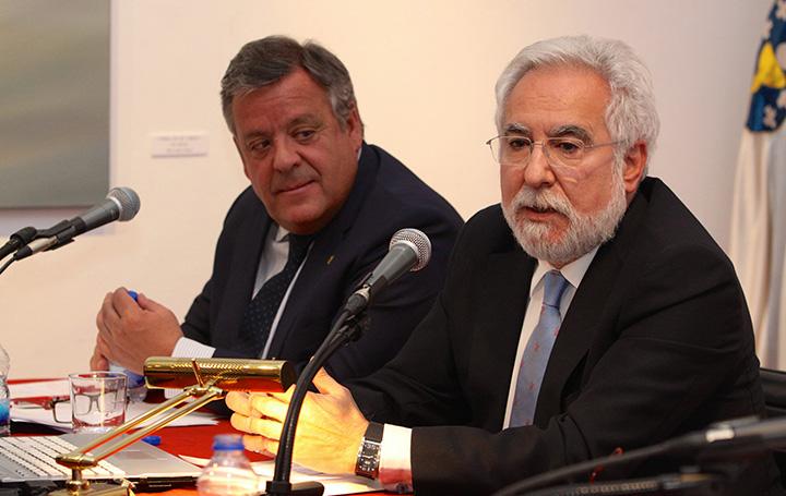 Miguel Santalices durante su conferencia. Detrás, el presidente de Asomega, Julio Ancochea