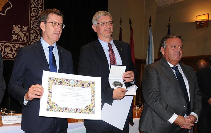 El galardonado, entre Núñez Feijoo, presidente de la Xunta de Galicia, y Julio Ancochea, presidente de Asomega