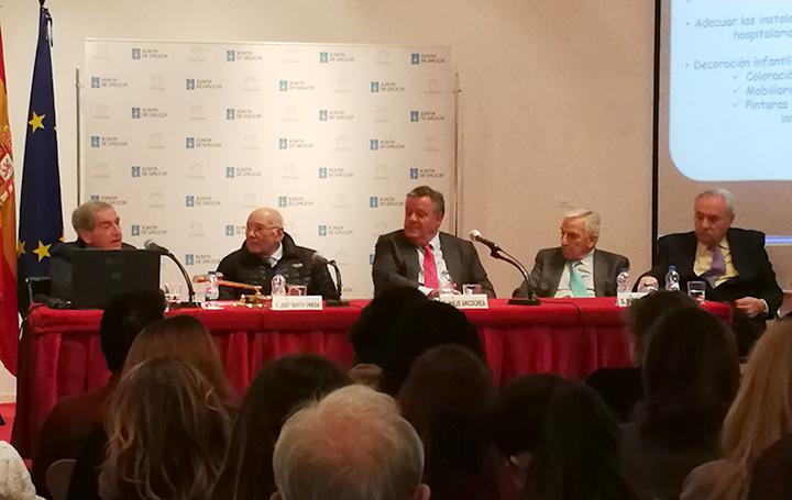 El doctor Ruza durante su intervención. A su lado, José Manuel Romay Beccaria, Julio Ancochea, Miguel Carrero y José Ramón Ónega