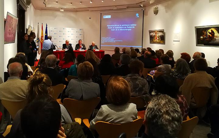 Sala repleta para escuchar la conferencia de Francisco Ruza sobre humanización de la asistencia sanitaria y uso de la musicoterapia