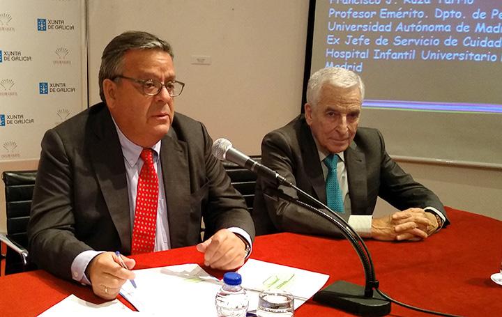 Julio Ancochea durante su intervención. A su izquierda, Miguel Carrero
