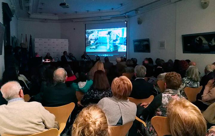 Tras su intervención, el doctor Ruza proyectó un vídeo que mostraba el trabajo en musicoterapia que se hace en el Hospital La Paz de Madrid