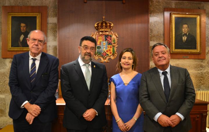 Julián Álvarez junto a Juan Gestal y la vicepresidenta de Asomega, Inmaculada Ramos, y su presidente, Julio Ancochea, en la comida de Verano de 2018.