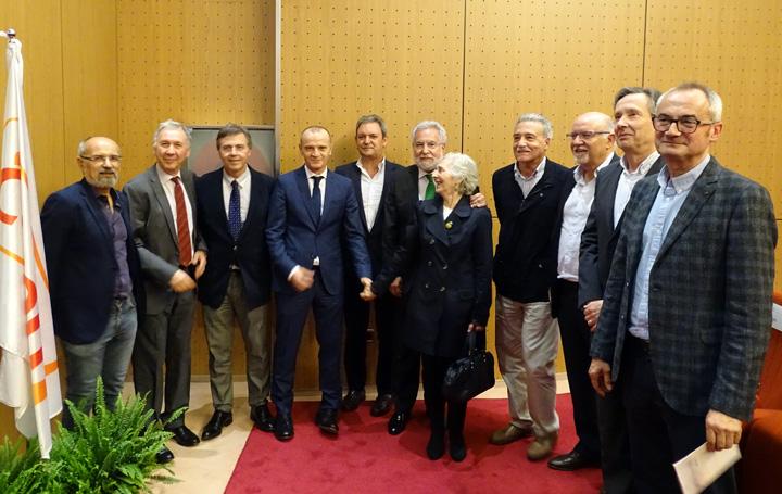El ganador posa con varios asistentes al acto, entre ellos Miguel Santalices, presidente del Parlamento gallego