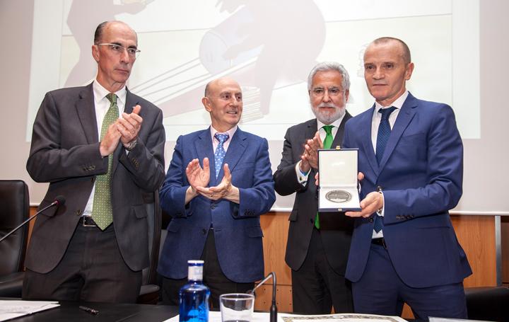 Juanatey posa con la placa que le acredita como ganador del Nóvoa Santos