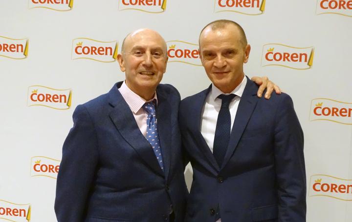 El ganador junto al representante del patrocinador, Coren