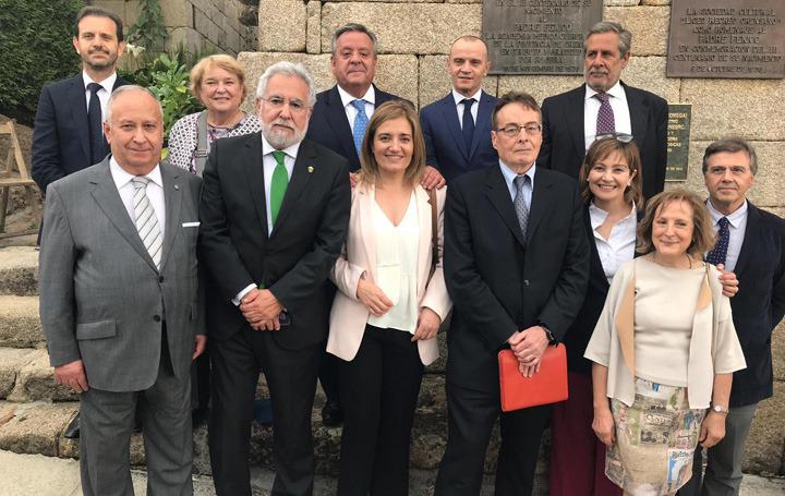 En el homenaje que Asomega rindió al padre Feijoo, Ana Pérez Domínguez junto a Miguel Santalices, presidente del Parlamento gallego y el dr. Carro, presidente de la Real Academia Gallega de Medicina, y otros miembros de la Junta Directiva de Asomega.
