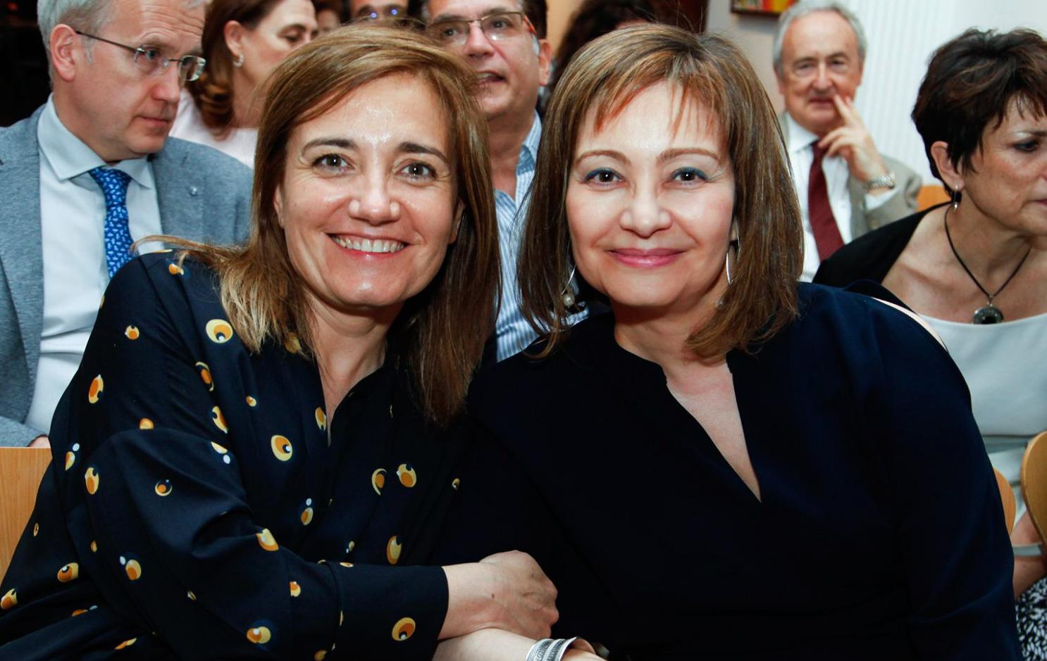Ana Pérez Domínguez junto a Inmaculada Ramos, vicepresidenta de Asomega, durante el acto con el que se conmemoró el XXV Aniversario de la Asociación.