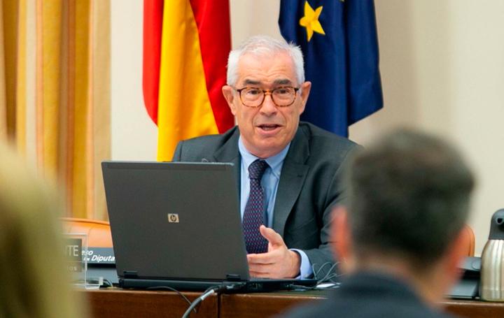 Emilio Bouza durante su intervención en el Congreso de los Diputados