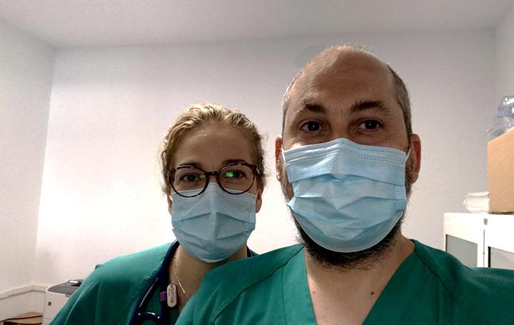 Diego Aníbal Rodríguez en el hospital con su mujer, Marta Chicot
