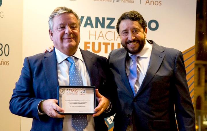 José Manuel Solla junto a Julio Ancochea, presidente de Asomega, en la celebración del 30 aniversario de la SEMG (foto: www.semg.es)