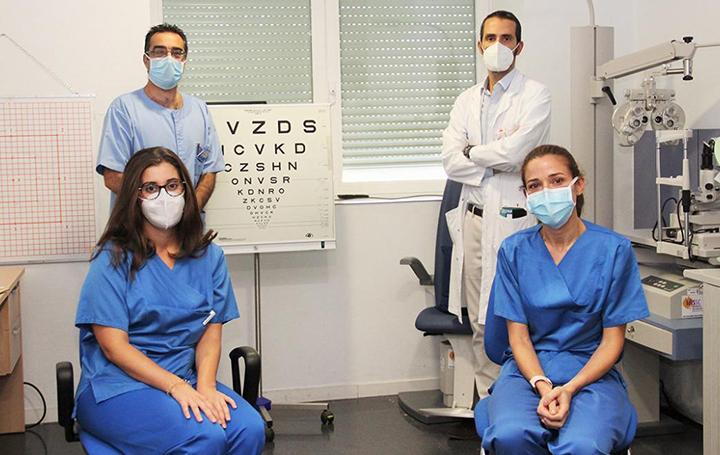 Julián García Feijóo, de pie a la izquierda, con otros miembros del Servicio de Oftalmología del Clínico de Madrid que él dirige