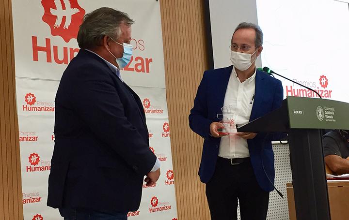 Momento en el que José Carlos Bermejo entrega su premio a Julio Ancochea