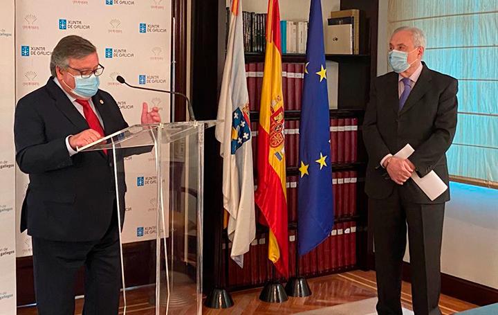 Julio Ancochea, presidente de Asomega, expone las razones por las que se concede la Insignia de Oro a José Ramón Ónega