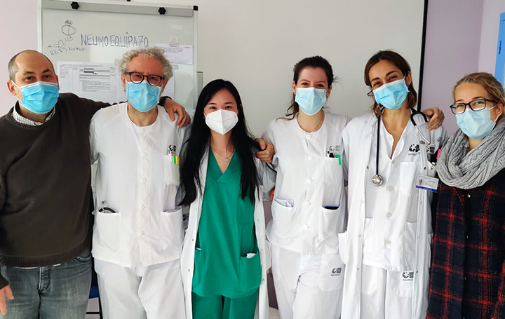 """Jie Chen Bao con parte de su """"Neumoequipazo"""" del Hospital de La Princesa de Madrid"""
