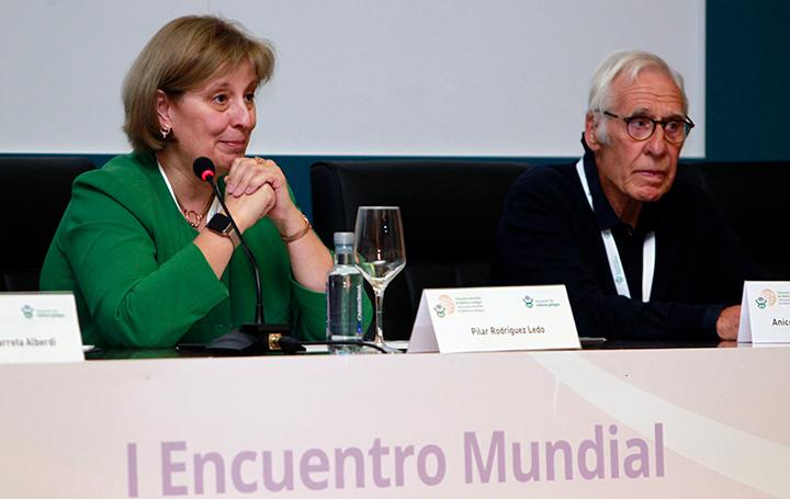 Pilar Rodríguez Ledo junto al presidente de honor de Asomega, Aniceto Charro