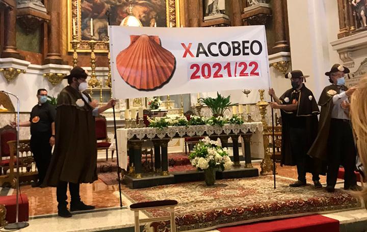 En el altar se ha desplegado una pancarta alusiva al Año Xacobeo 21-22,