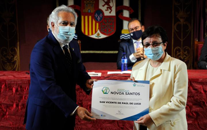 Sor Guadalupe de la Cruz recibe de manos de Miguel Santalices, presidente del Parlamento de Galicia, el diploma para el centro que dirige, el San Vicente de Paúl de Lugo, ganador del Nóvoa Santos en su vertiente de proyecto de humanización.