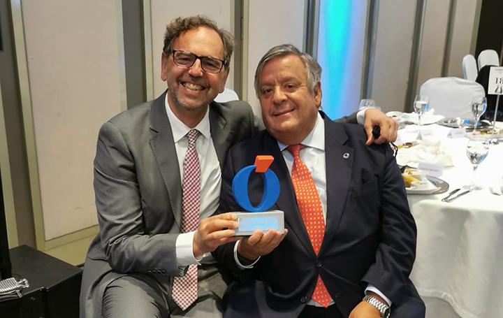 Antonio Franco y Julio Ancochea posan con el premio concedido a Luzán 5