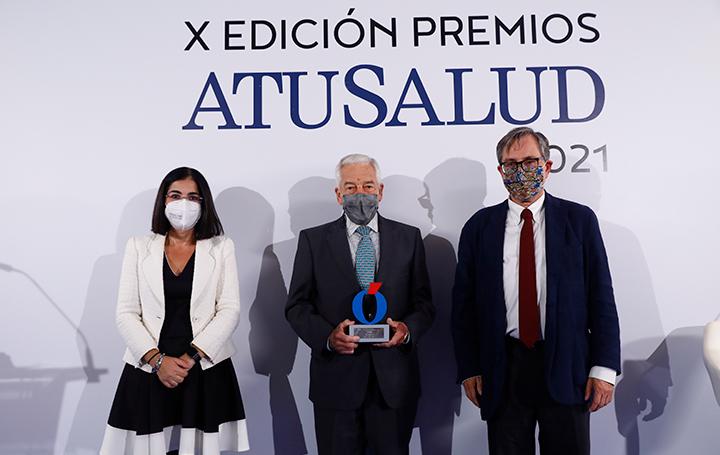 Miguel Carrero posa entre la ministra de Sanidad, Carolina Darias, y el director de 'La Razón', Francisco Marhuenda, con el premio concedido a PSN.