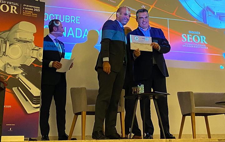 Felipe Couñago recibe su beca de la SEOR.